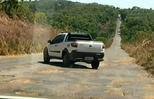 Excesso de buracos em rodovias estaduais de Goiás prejudica motoristas (Foto: Reprodução/TV Anhanguera)