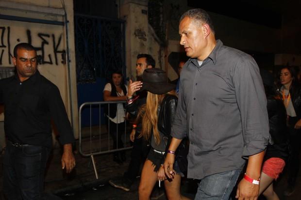 Lindsay Lohan com um cigarro na mão a caminho da boate em São Paulo (Foto: Paduardo/Ag News)