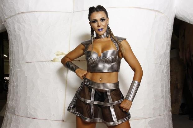Fabiana Teixeira posa no barracão ad Tom Maior na Fábrica do Samba (Foto: Celso Tavares/EGO)