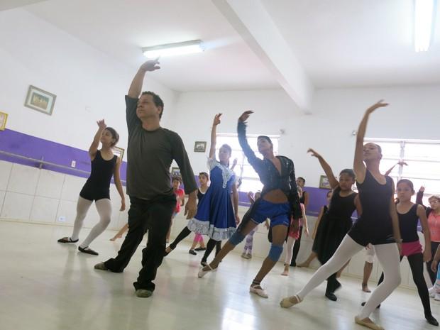 Costa dá aulas para crianças de 6 a 17 anos (Foto: Mariane Rossi/G1)