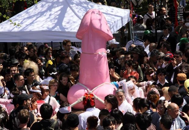 Centenas de pessoas participam do Kanamara Matsuri (Foto: Rie Ishii/AFP)