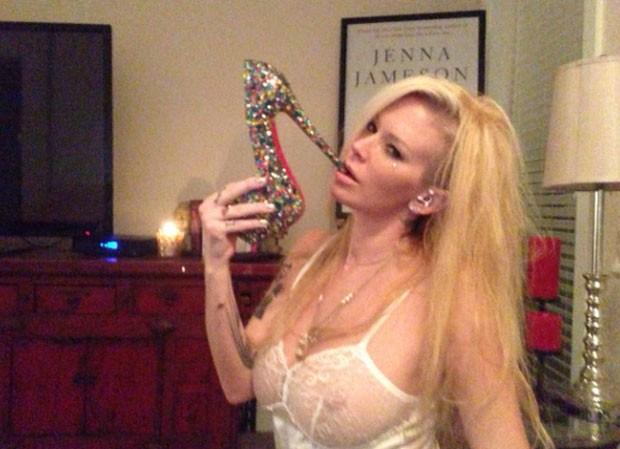 Jenna faz pose sexy com o salto do sapato na boca (Foto: Reprodução/Imgur/xFH5i)