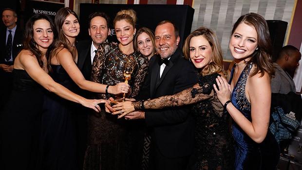 Equipe festeja após receber prêmio de 'Melhor Novela' (Foto: Luiz C. Ribeiro/ Globo)