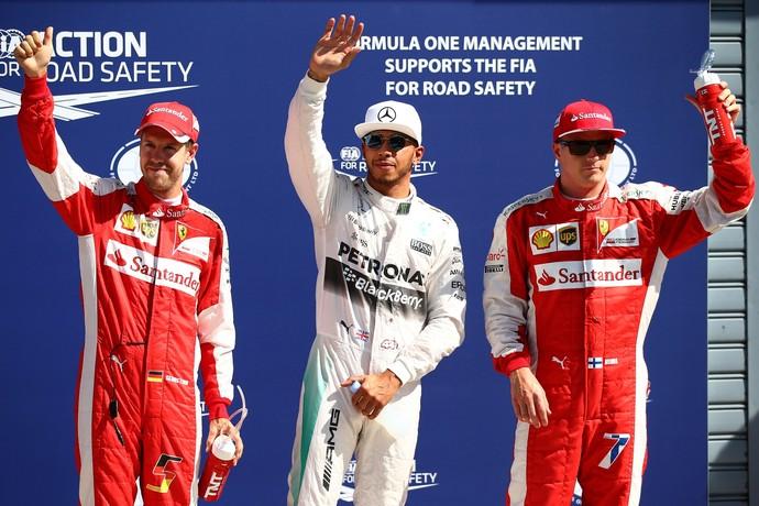 Lewis Hamilton entre Kimi Raikkonen e Sebastian Vettel, os três primeiros do grid no GP da Itália de 2015 (Foto: Getty Images)