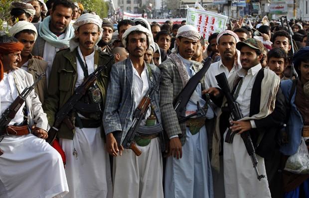 Apoiadores do movimento xiita em Sanaa, capital do Iêmen, participam de passeata em 10/4 (Foto: Mohammed Huwaus/AFP)
