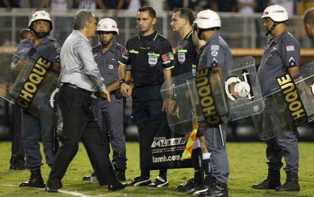 Tite com árbitro Carlos Amarilla (Foto: Daniel Augusto Jr / Agência Corinthians)