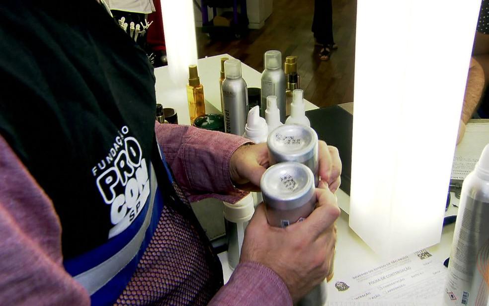 Fiscais encontraram produtos vencidos nos salões de beleza (Foto: TV Globo/Reprodução)