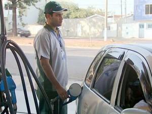 Frentista abastece carro em posto de gasolina de Santa Bárbara d'Oeste (Foto: Vaner Santos/EPTV)