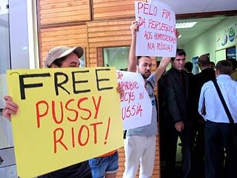 """Manifestantes do grupo """"Triângulo Rosa"""" pedem o fim da perseguição aos homossexuais e a liberdade às integrantes do grupo de puck rock Pussy Riot (Foto: Lucas Nanini/G1)"""