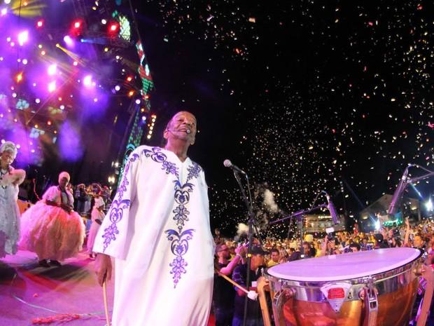 Do palco, Naná Vasconcelos comanda nações de marcatu (Foto: Aldo Carneiro/ Pernambuco Press)