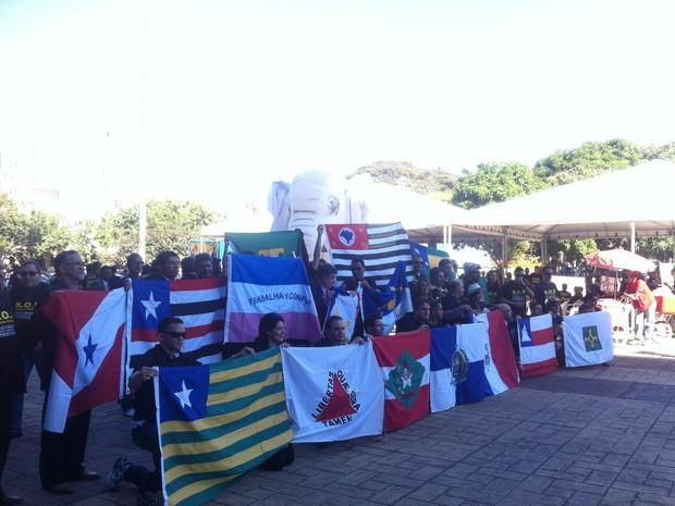 Policiais federais de todo o país protestam com bandeiras dos estados em frente à sede da PF em Brasília (Foto: Lucas Salomão/ G1)