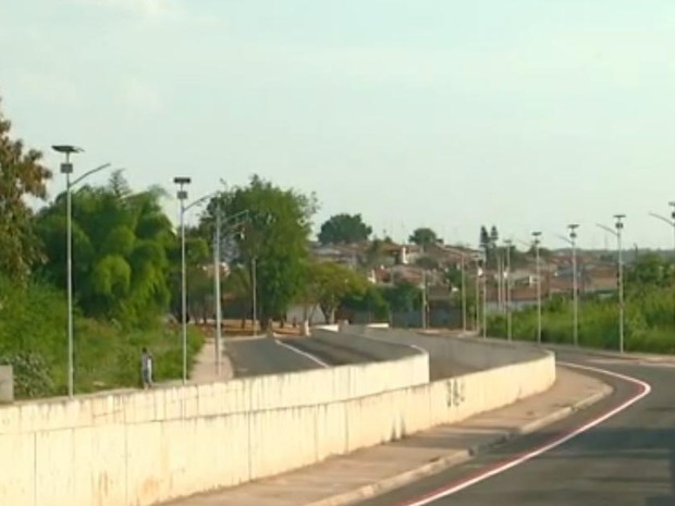 Avenida Tancredo Neves em Rio Claro recebe luminárias que funcionam por captação da energia solar. (Foto: César Fontenele/ EPTV)