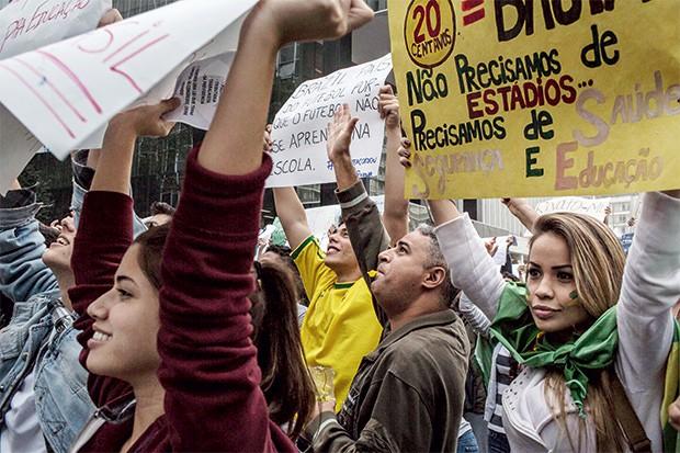 PRIMEIRO CAPÍTULO Protestos em  São Paulo em junho de 2013. Reivindicação por melhores serviços   (Foto: Mauricio Lima/The New York Times)