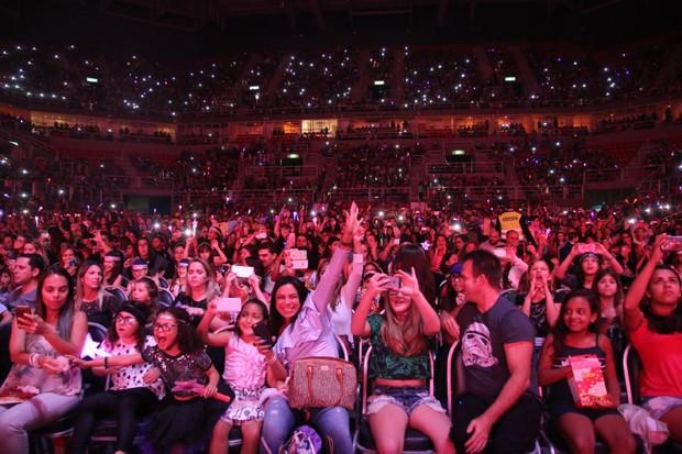 Público enlouquecido com os atores em cena (Foto: Daniel Pinheiro/Agnews)