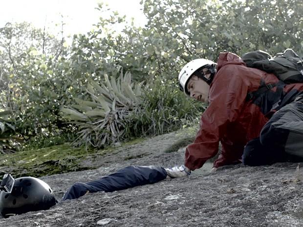 Caíque corre para ajudar mas passa mal ao ver sangue (Foto: TV Globo)