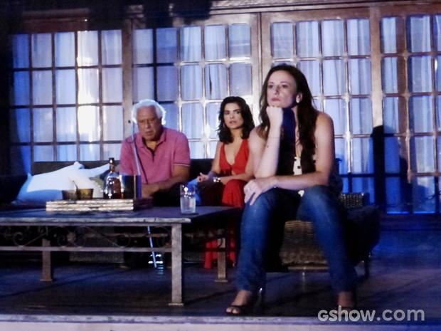 César estranha quando Rebeca fala que acha a bebida é fraca (Foto: Amor à Vida/TV Globo)
