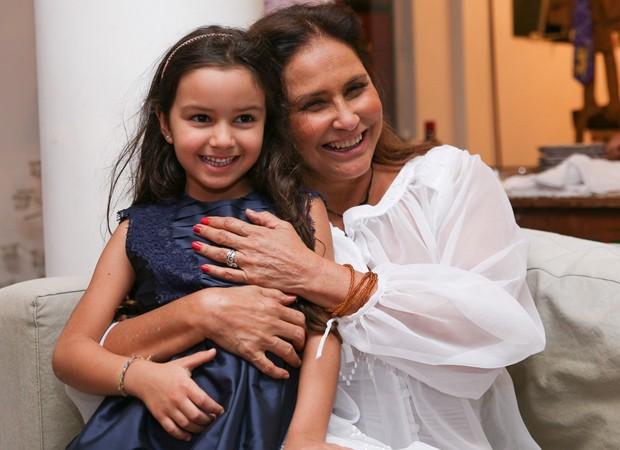 Fafá de Belém e a neta, Laura (Foto: Deividi Corrêa/AgNews)