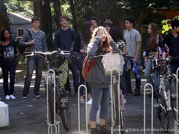 Zidney e os amigos não param de ridicularizar a garota (Foto: Malhação / TV Globo)