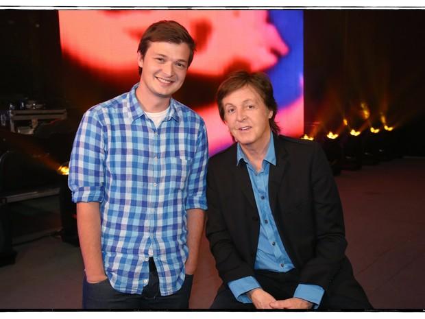 Repórer Felipe Santana com o Paul McCartney (Foto: MJ KIM)