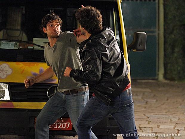 Bento parte para cima de Fabinho e se defende (Foto: Sangue Bom/TV Globo)