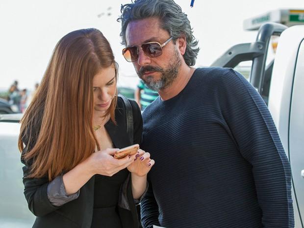 Alexandre Nero e Marina Ruy Barbosa olham texto em celular antes de gravação  (Foto: Artur Meninea/Gshow)