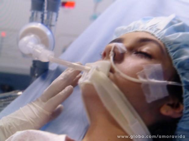 Estado de saúde de Paulinha é crítico por culpa de Félix (Foto: Amor à Vida / TV Globo)