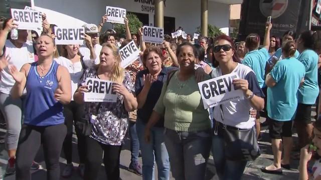 Servidores da região fazem protesto (Foto: Reprodução/TV Tribuna)