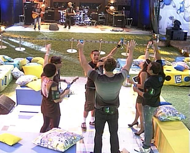 Brothers curtiram com Capital Inicial na Festa Boate. (Foto: BBB / TV Globo)