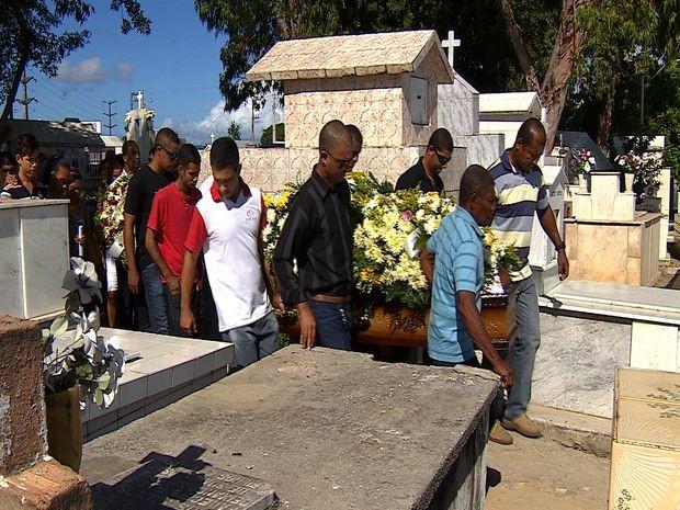 Familiares e amigos seguiram com o caixão (Foto: Reprodução/TV Sergipe)