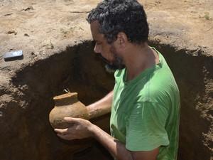 Arqueólogo João Saldanha com artefato usado para oferendas (Foto: John Pacheco/G1)