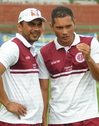 Erich Bomfim conversa com seu auxiliar Léo Oliveira durante a partida (Foto: Henrique Montovanelli/Desportiva Ferroviária)