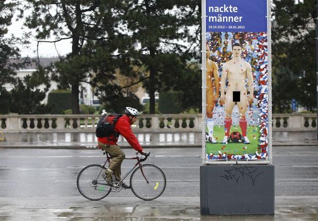 Pôsteres com fotos de jogadores de futebol nus espalhados por Viena serão censurados (Foto: Alexander Klein/AFP)