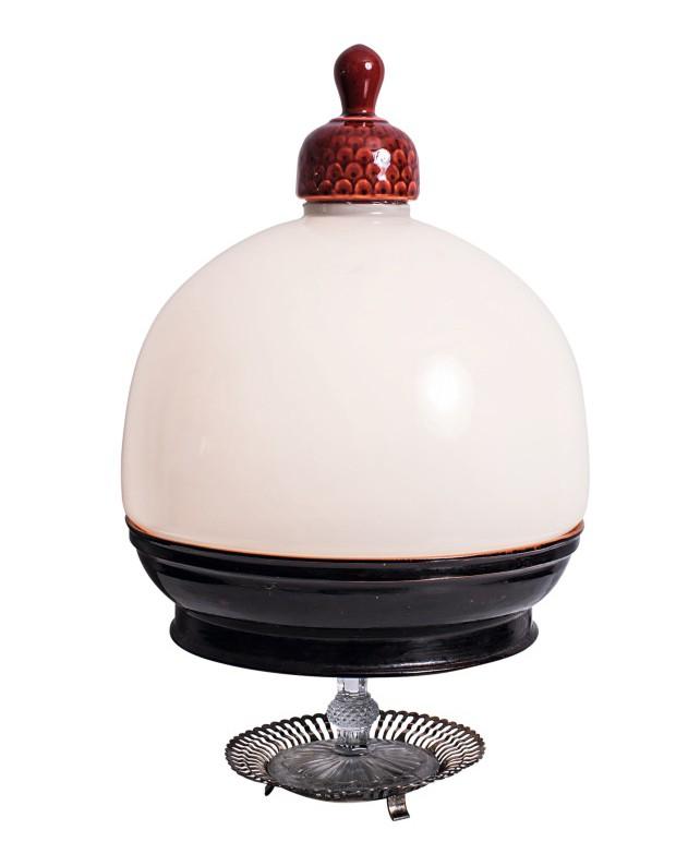 Luminária de mesa com cúpula opalinada, 46 cm de altura, R$ 950 (Foto: Deco Cury / Editora Globo)