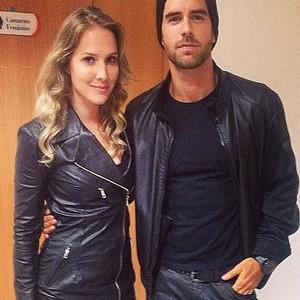 Marcos Pitombo ao lado da atriz Vanessa Thomé: couro é um dos pontos fortes no estilo do carioca (Foto: Reprodução/Instagram Marcos Pitombo)