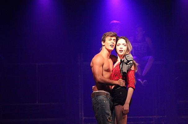 Anna Rita Cerqueira e Lucas Cotrim em cena da peça: elenco só tem atores jovens (Foto: Divulgação)