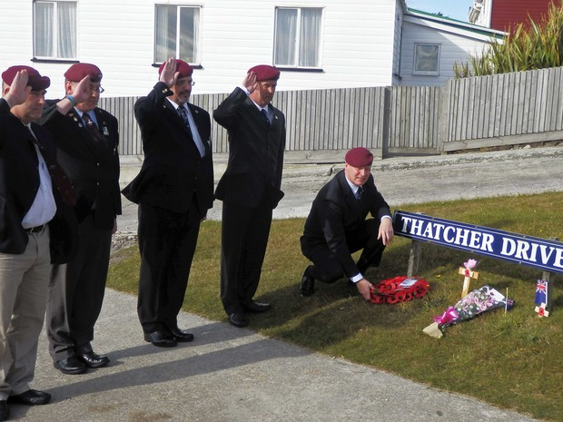 Um grupo de paraquedistas britânicos que lutaram na Guerra das Malvinas, homenageiam Margaret Thatcher com uma coroa de flores em rua na Ilha das Malvinas com o nome da ex-primeira ministra. (Foto: Gary Clement/Reuters)