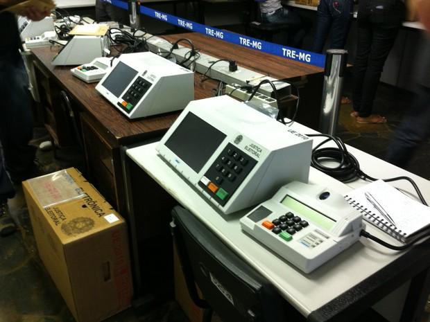 Urnas eletrônicas recebem dados para as eleições em Montes Claros (Foto: Adriana Lisboa)