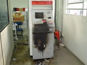 Caixa eletrônico ficou destruído, mas bandidos não levaram dinheiro (Foto: Divulgação/Codecom CG)