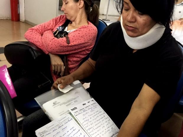 Com pescoço imbolizado, a costureira não consegue trabalhar e pede benefício (Foto: Murillo Velasco/G1)