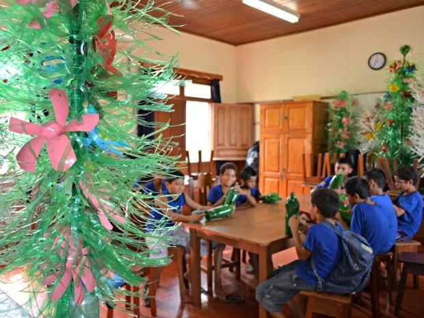 Crianças reaproveitam garrafas pet em ornamentações de natal (Foto: Rosiane Vargas/G1)