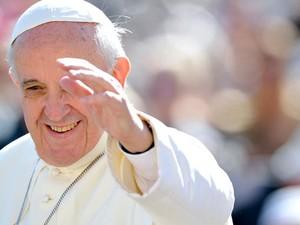 O Papa Francisco durante a audiência desta quarta-feira (18) na Praça de São Pedro, no Vaticano (Foto: AFP)