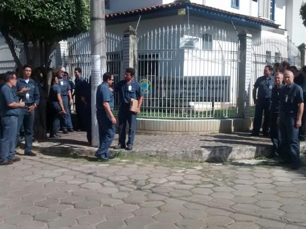 Metalúrgicos foram até o Ministério do Trabalho em Fabriciano protocolar a documentação (Foto: Patrícia Belo / G1)
