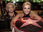 Vídeo: Depois de 'beijar' cobra, Cida ganha bolo explosivo em festa