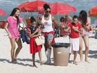Adriana Bombom curte praia com as filhas no Rio