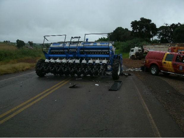 Plantadeira era transportada por um caminhão e tombou em cima do veículo (Foto: Polícia Rodoviária Federal / Divulgação)