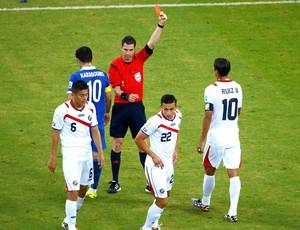 Oscar Duarte recebe cartão vermelho jogo Costa Rica x Grécia (Foto: Reuters)