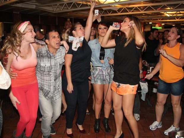 Luma Costa, Eri Johnson, Andréa Sorvetão, Luka e Alinne Rosa em restaurante no Rio (Foto: Adna Barbosa/ Foto Rio News)