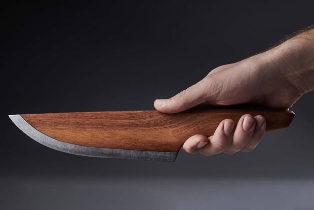 Faca alemã é feita de madeira (Foto: Divulgalção)