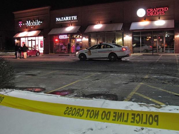 Estacionamento de restaurante onde atirador baleou várias pessoas (Foto: Kantele Franko / AP Photo)