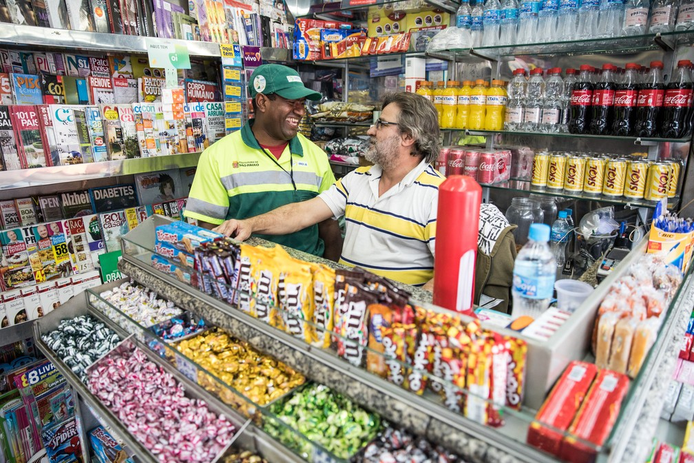 Rodolfo Tenório está no mesmo ponto, em frente ao Tietê, há 32 anos (Foto: Fábio Tito/G1)